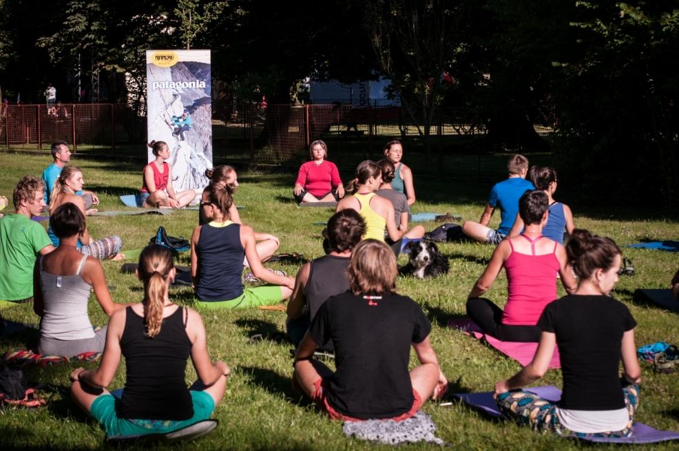Každodenní Patagonia jóga v parku