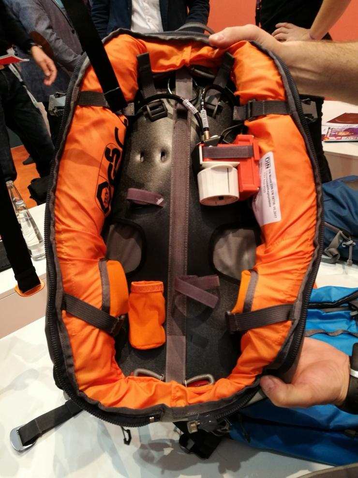 Vyztužená záda pro větší pohodlí a nové řešení uspořádání systému ABS s kapsou pro náhradní lahev.