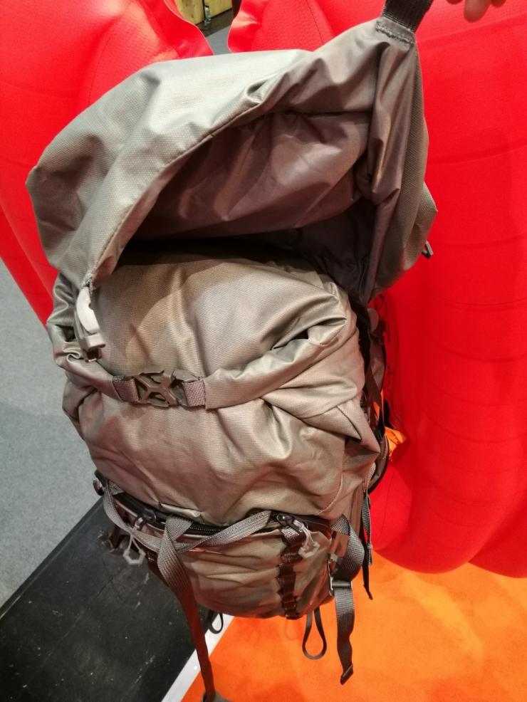 Největší z připínacích batohů bude mít díky způsobu zapínání možnost úplného oddělání víka.