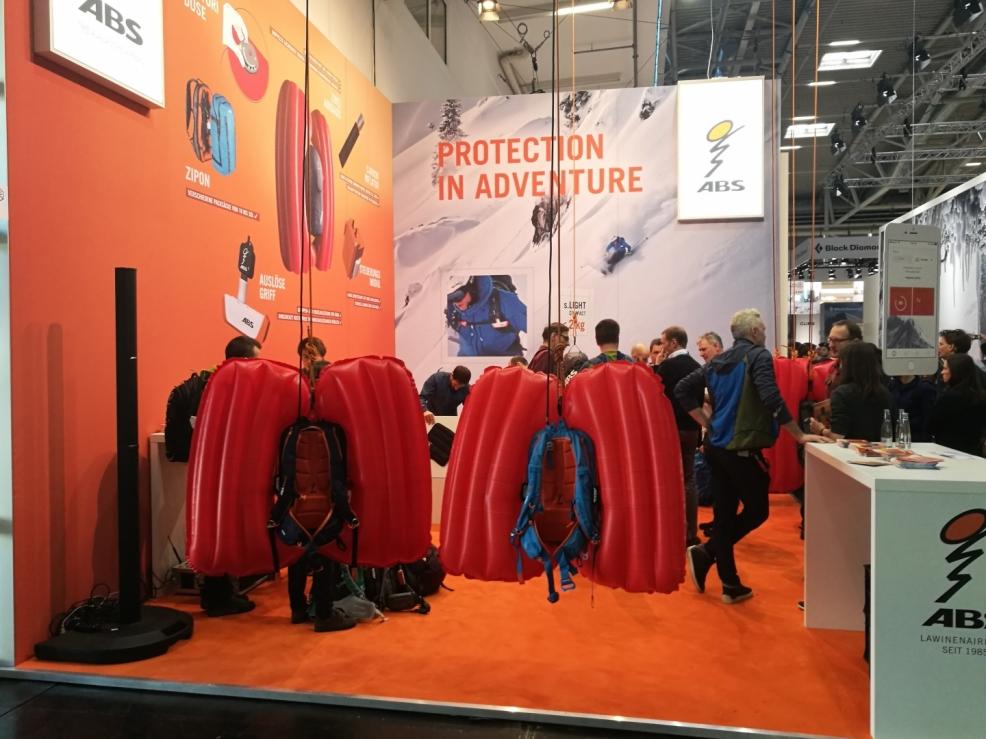 Stánek Německé společnosti ABS vyrábějící lavinové batohy.