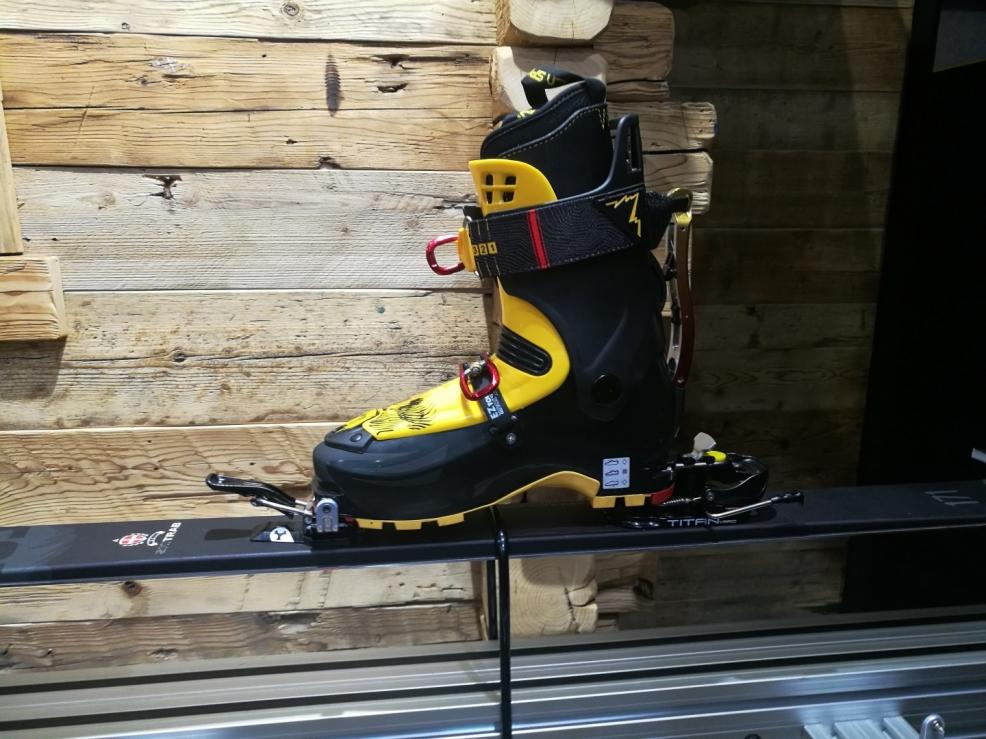 Vázání SkiTrab TITAN VARIO. Ukázka přizpůsobení vázání prohnutí lyže.