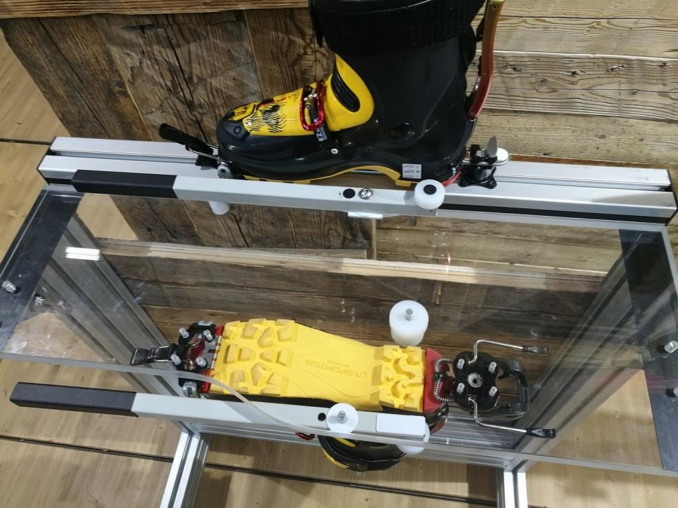 K dosažení menšího tření při pohybu boty do strany má vázání TITAN VARIO pod patou jednoduchý patentovaný systém (NO FRICTION SYSTEM).