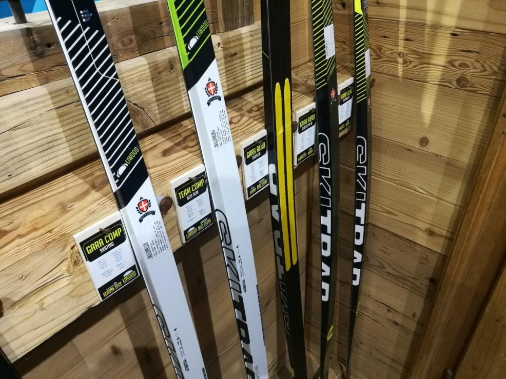 SkiTrab nedělá jen skialpové lyže ale také běžky. U prostředního modelu na fotografii rozhodně nikdy nepromažete