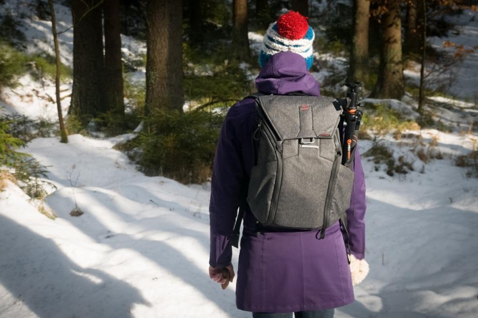 Stativ jde nosit na boku nebo přidělat zespodu batohu.