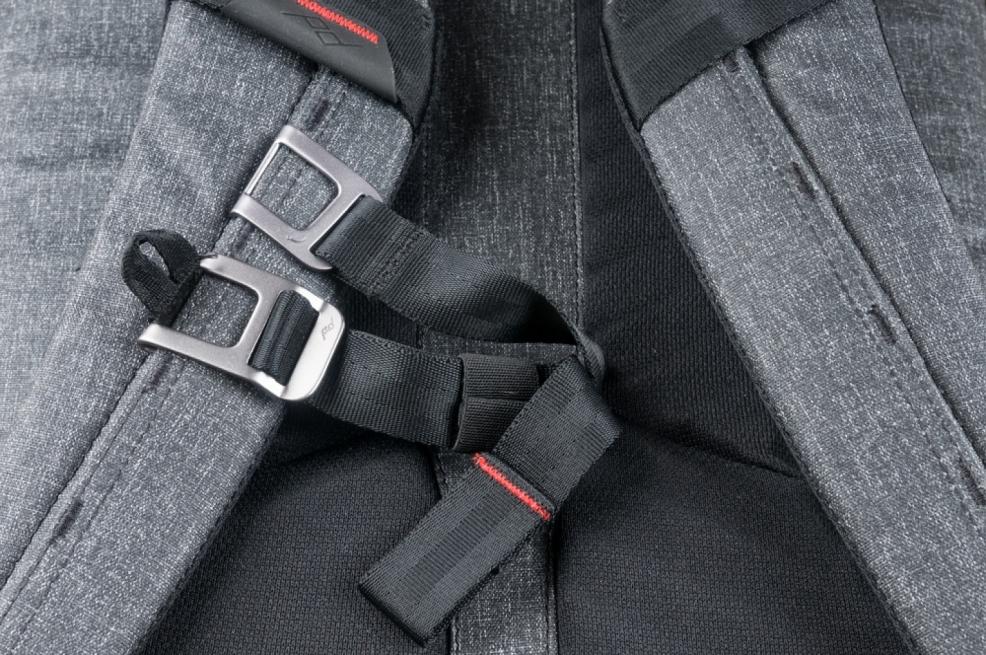 Hrudní pás lze úplně odepnout.