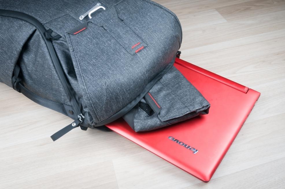 Zadní kapsa na notebook a menší kapsou kam se vejde například pouzdro FIELD POUCH.