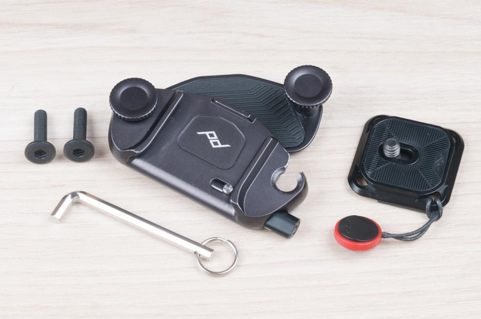 CAPTURE je dodáván s malým imbus klíčem a delšími šrouby pro uchycení na tlusté popruhy.