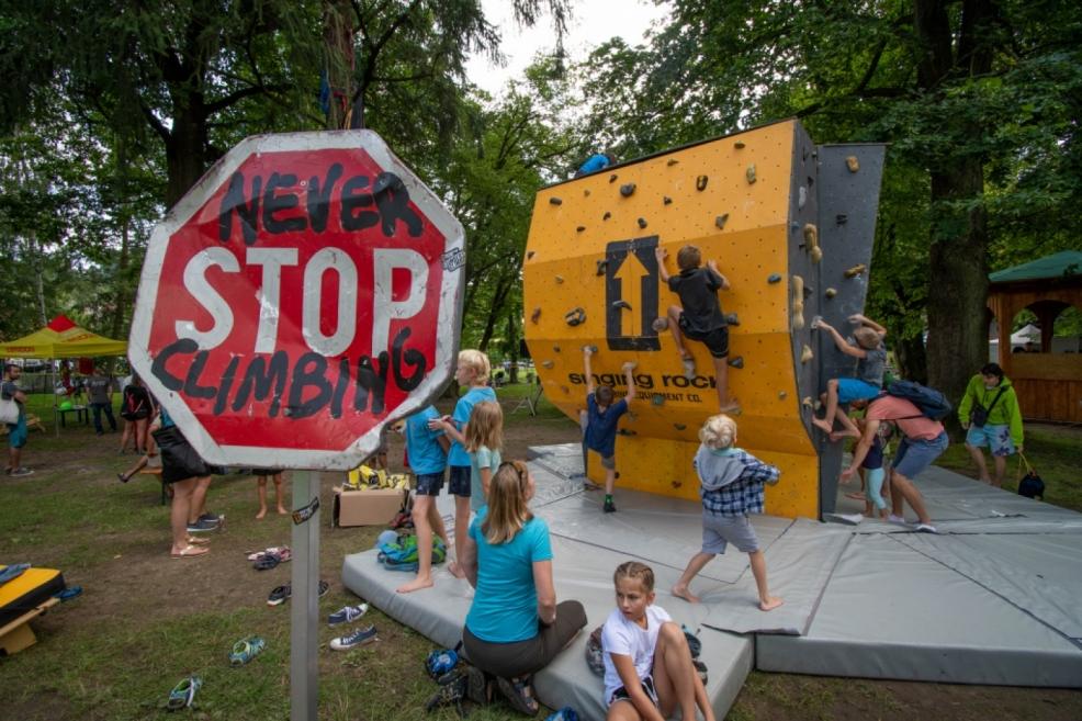NEVER STOP CLIMBING - boulder od Singáčů v obležení od rána do večera.