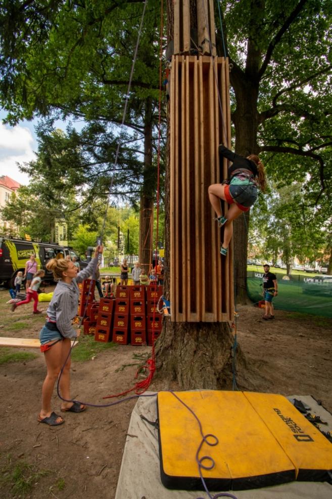 Nacvičování spárového lezení v parku.
