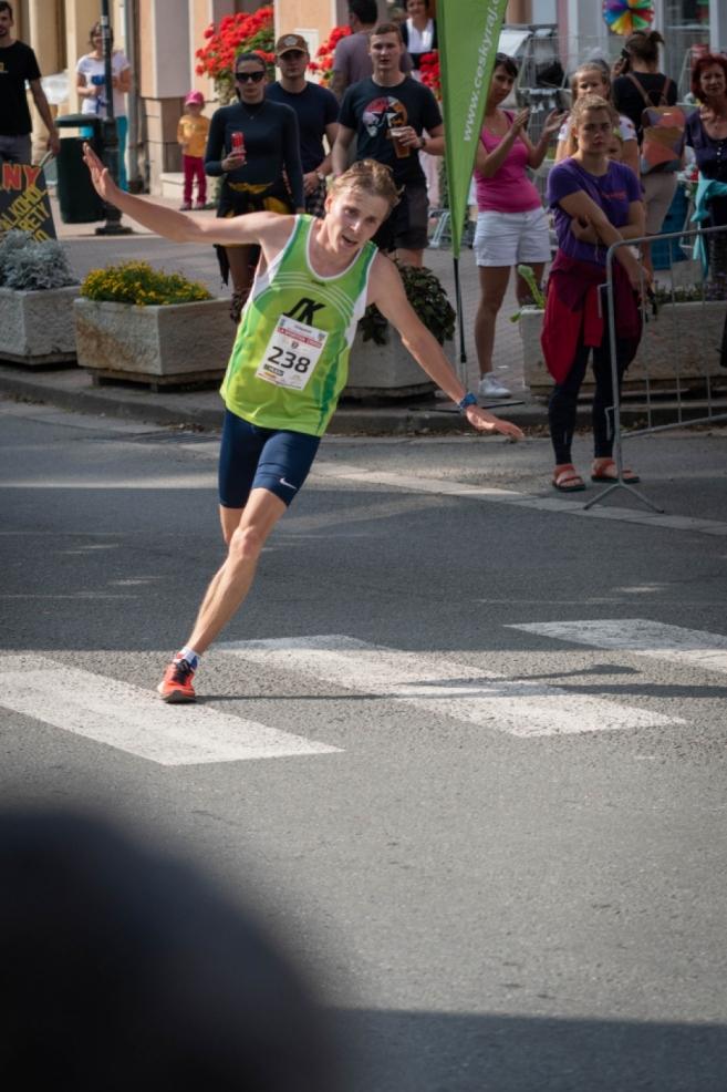 Dominik Sádlo vlétl na náměstí jako vítěz 24.ročníku Běhu Teplickými skalami.